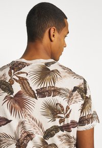 Scotch & Soda - CREW NECK TEE WITH SEASONAL ALL OVER PRINT - Print T-shirt - combo - 6