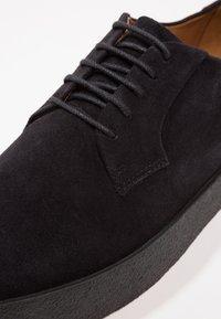 Vagabond - LUIS - Casual lace-ups - black - 5