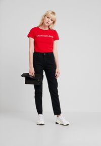 Calvin Klein Jeans - INSTITUTIONAL LOGO SLIM FIT TEE - Triko s potiskem - barbados cherry/soothing sea - 1