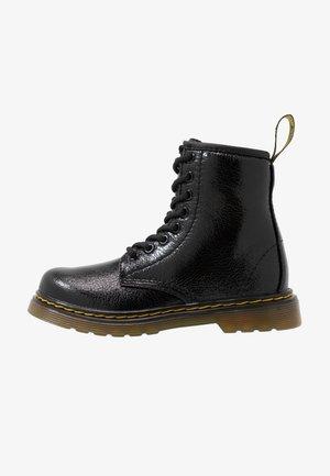 1460 J  Crinkle Metallic - Šněrovací kotníkové boty - black metallic