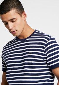 Le Fix - STRIPE TEE - T-shirt imprimé - navy / white - 4