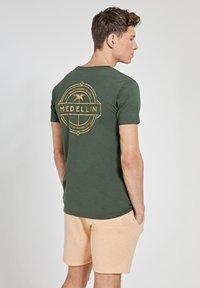 Shiwi - MEDELLIN - Print T-shirt - cilantro - 2