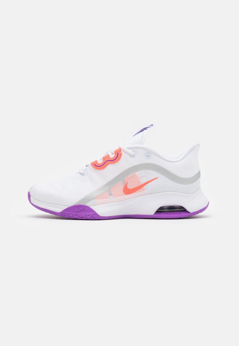 Nike Performance - AIR MAX VOLLEY - Allcourt tennissko - white/bright mango/purple pulse