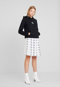 Calvin Klein Jeans - MONOGRAM BOXY HOODIE - Bluza z kapturem - black - 1