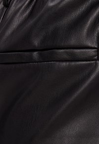 Bershka - MIT WEITEM BEIN - Pantalon classique - black - 5