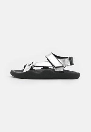 FLAT STRAP - Sandalias - silver