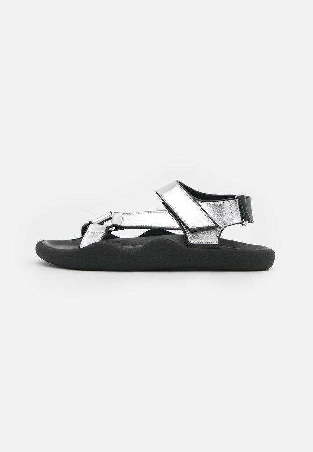 FLAT STRAP - Sandalen - silver