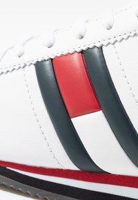Tommy Jeans - WMNS RETRO FLAG SNEAKER - Tenisky - white - 2