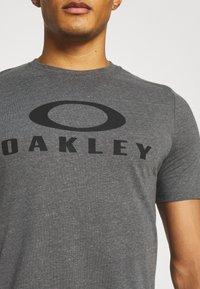 Oakley - BARK - Print T-shirt - new athletic grey - 3