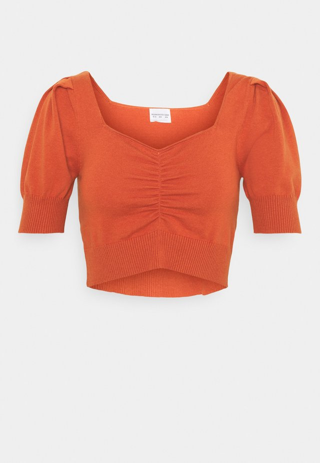 SHORT SLEEVE CROP JUMPER WITH BUST DETAIL - T-shirts med print - rust