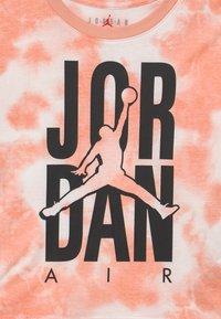 Jordan - GIRL TIE DYE BOXY - T-shirt imprimé - arctic orange - 2