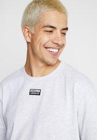 adidas Originals - REVEAL YOUR VOICE TEE - Camiseta básica - light grey heather - 4