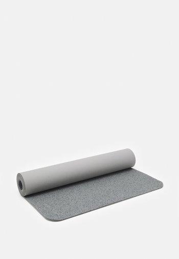 EVOLVE YOGA MAT 5 MM - Fitness/yoga - light smoke grey