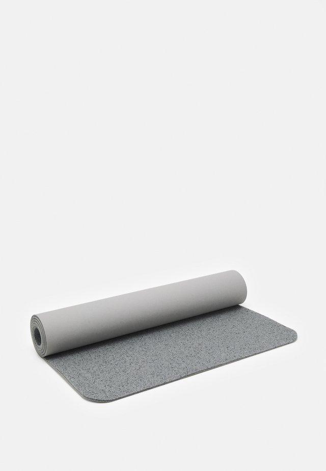 EVOLVE YOGA MAT 5 MM - Kuntoilutarvikkeet - light smoke grey