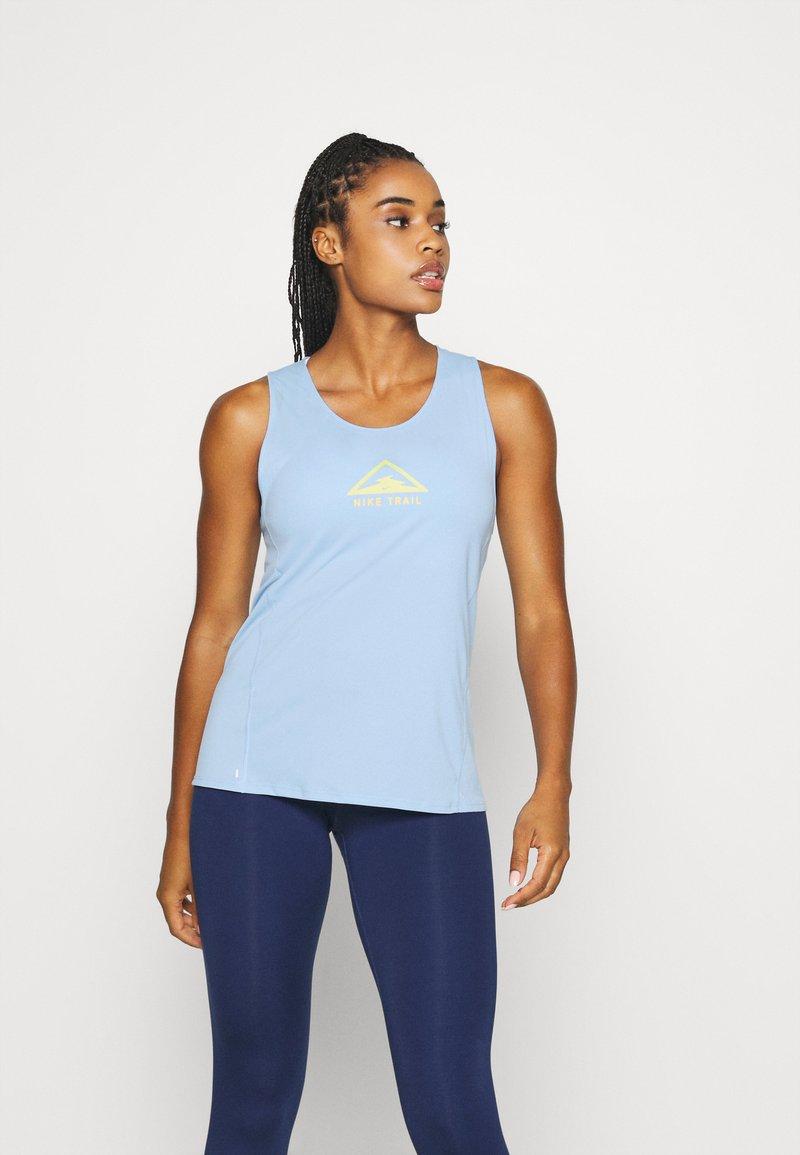 Nike Performance - CITY SLEEK TANK TRAIL - Camiseta de deporte - psychic blue/laser orange