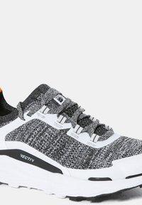 The North Face - W VECTIV ESCAPE - Hiking shoes - tnf white tnf black - 6