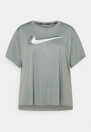 RUN PLUS - Print T-shirt - particle grey/reflective silver