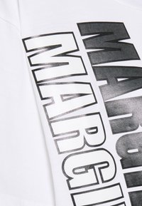 MM6 Maison Margiela - T-shirts med print - white - 6