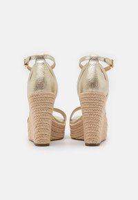 MICHAEL Michael Kors - KIMBERLY WEDGE - Sandales à talons hauts - pale gold - 3