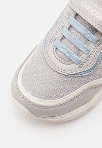 Geox - NEW TORQUE GIRL - Sneakers laag - light grey/sky - 5
