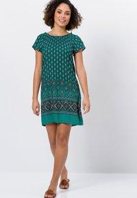 zero - MIT CARMENAUSSCHNITT - Day dress - deep ivy - 1