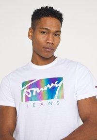 Tommy Jeans - METALLIC SCRIPT TEE  - T-shirt con stampa - white - 3
