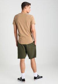 Jack & Jones - JJPRHUGO TEE CREW NECK  - Basic T-shirt - tigers eye - 2