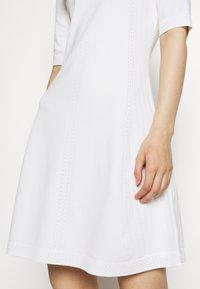 HUGO - SHATHA - Pletené šaty - natural - 5