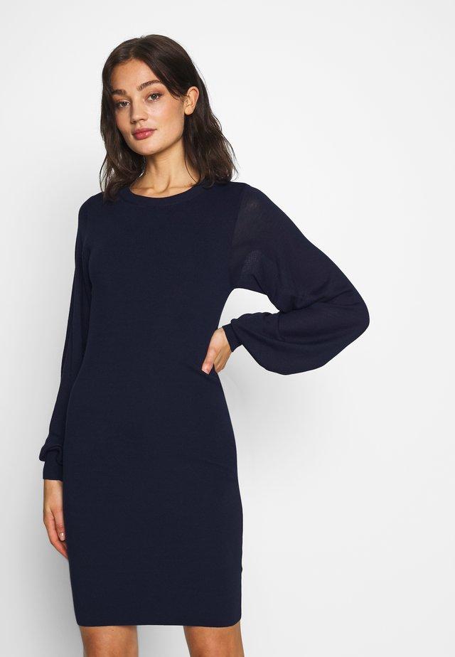 NUESHE DRESS - Pletené šaty - sapphire