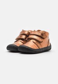 Woden - TRISTAN - Babyschoenen - burnished copper - 1