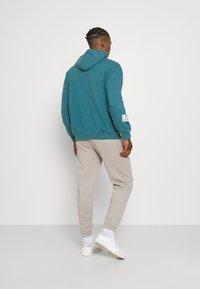 Mennace - ON THE RUN - Pantalon de survêtement - grey - 2