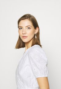 NA-KD - EMBROIDERED OVERLAP BLOUSE - Bluser - white - 3