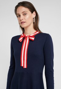 J.CREW - ALICE NECK TIE DRESS - Pletené šaty - navy/cerise/ivory - 4