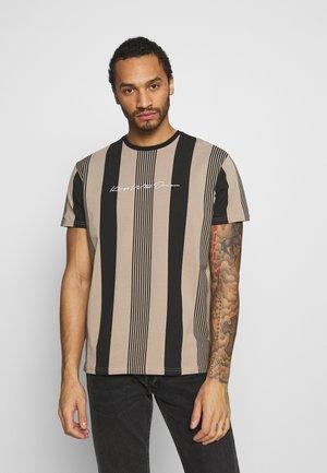 VEDLO - T-shirt med print - jet black/dark sand