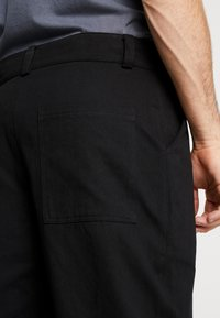 The Ragged Priest - PLEATED TROUSERS WITH KEY CHAIN - Tygbyxor - black - 3