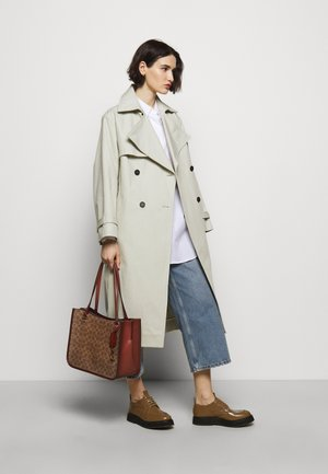 COATED SIGNATURE TYLER CARRYALL - Weekend bag - tan/rust