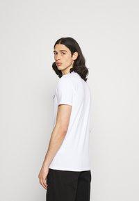 Antony Morato - SUPER SLIM FIT WITH PINS BICOLOUR LOGO - Camiseta estampada - bianco - 2