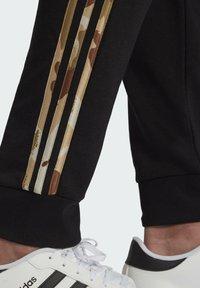 adidas Performance - CAMOUFLAGE PT ESSENTIALS SPORTS REGULAR PANTS - Pantalon de survêtement - black - 4