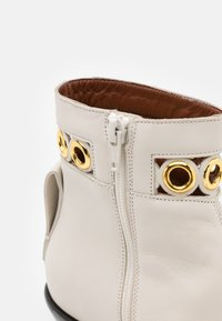 See by Chloé - STEFFI BOOTIE - Classic ankle boots - natural - 6