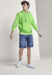 TOM TAILOR DENIM - STRICK & SWEATSHIRTS OVERSIZED KAPUZENSWEATER - Hoodie - neon lime green - 1