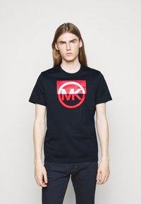Michael Kors - BLOCK LOGO TEE - Print T-shirt - dark midnight - 0