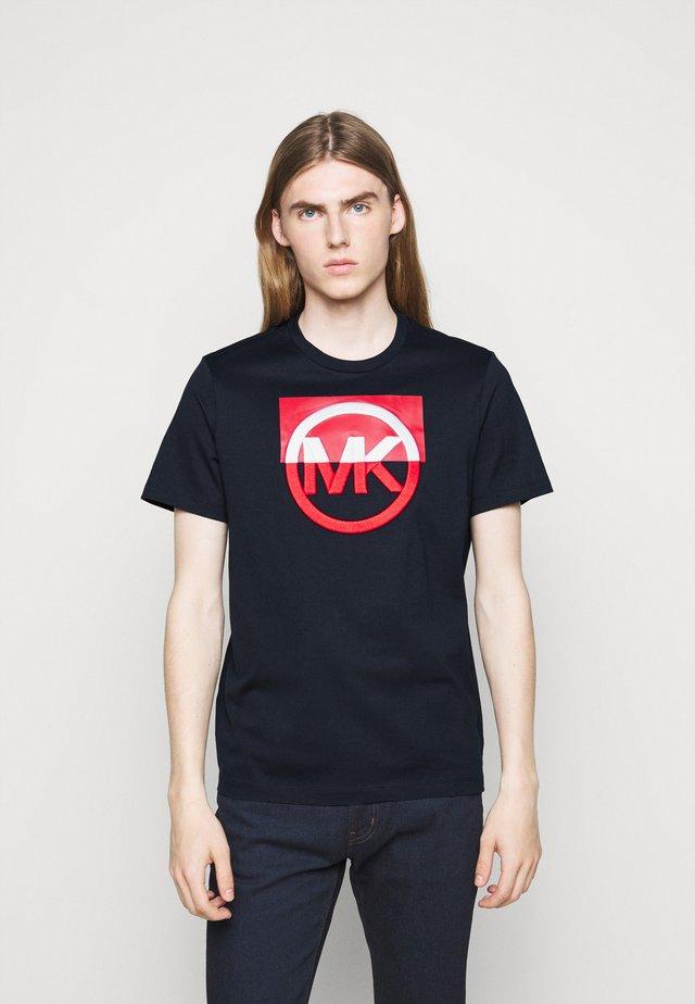 BLOCK LOGO TEE - Print T-shirt - dark midnight