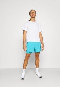 Nike Performance - STRIDE SHORT - Sportovní kraťasy - chlorine blue/silver - 1