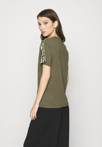 Fila - TANDY TEE - T-shirt con stampa - grape leaf/love bird - 2