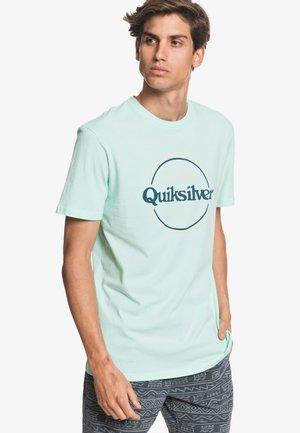 WORDSREMAINSS - Print T-shirt - beach glass