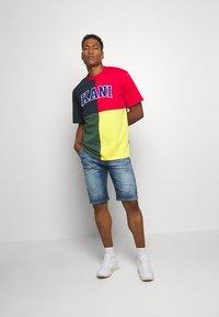 Karl Kani - BLOCK TEE - Print T-shirt - navy - 1