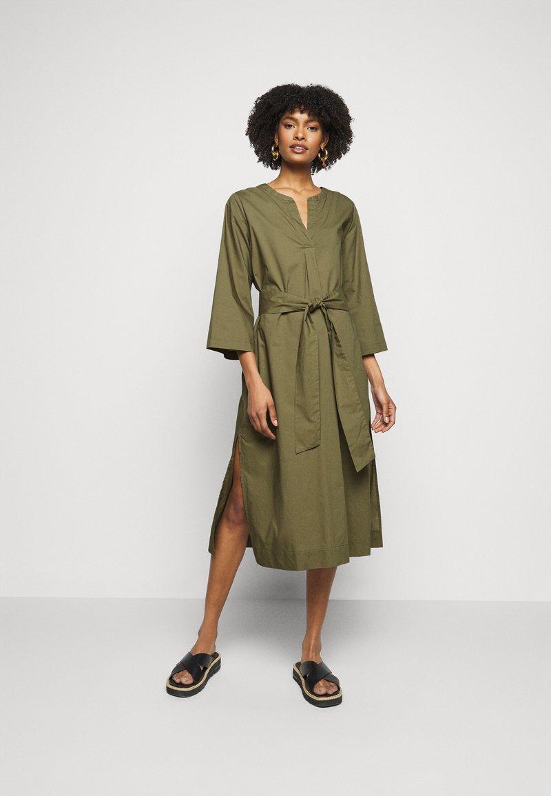 J.CREW - BELTED TUNIC - Denní šaty - frosty olive