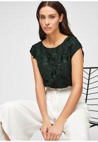 s.Oliver BLACK LABEL - Print T-shirt - leaf green - 5