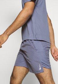 Nike Performance - M NK RUN DVN CHLLGR FL 7IN BF - Pantalón corto de deporte - world indigo/white - 4