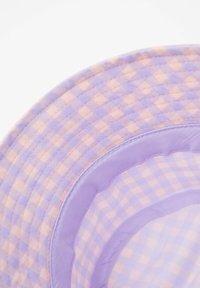 PULL&BEAR - MIT VICHYKAROS - Klobouk - purple - 3